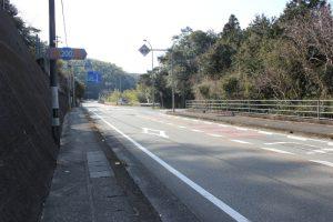 薬王寺遍路道。福井トンネルを抜け、海岸仙遍路道は右の旧道へ(2016.3)