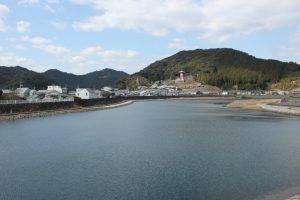 日和佐町内から薬王寺を望む(2016.3)