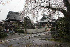 境内 右:太子堂 中:本堂 左;納経所(2016.4)