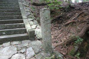 仁王門階段脇にある三丁石(2017.7)