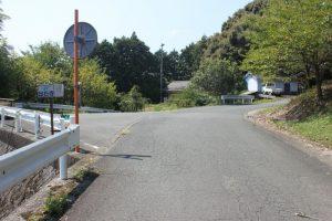 高山集会所のある三叉路。軽トラ手前に休憩所(2017.9)