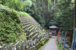 岩屋寺の境内は広い。駐車場から本堂まで約600m標高差230m?(2017.9)