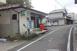 寒川郵便局脇には藩領界石がある(2017.9)