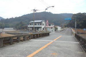 市野瀬橋で振り返ると、前方伊豆田峠。左39番札所(2018.2)