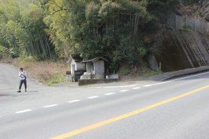 旧土佐街道は国道を横断直進(2019.4)